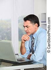 homem negócios, computador laptop, trabalhando escritório