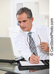 homem negócios, computador laptop, trabalhando, retrato