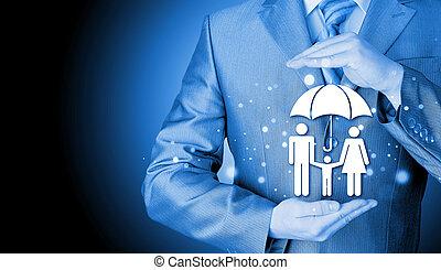 homem negócios, conceito, seguro, família, protegendo