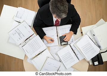 homem negócios, contas, calculando
