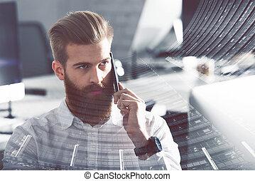 homem negócios, conversa, a, telefone, em, escritório., exposição dobro