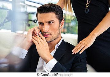 homem negócios, conversa telefone