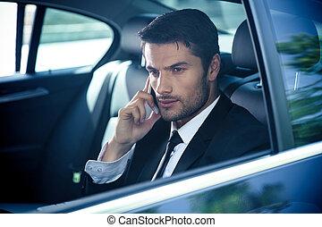 homem negócios, conversa telefone, carro