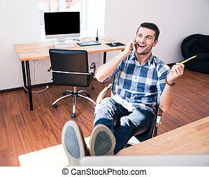 homem negócios, conversa telefone, em, escritório