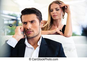 homem negócios, conversa telefone, em, restaurante
