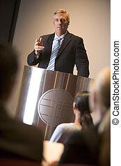 homem negócios, dar, apresentação, em, pódio