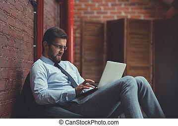 homem negócios, dentro, trabalhando