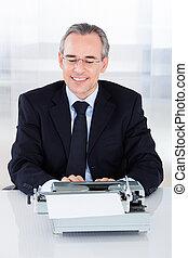 homem negócios, digitando, maduras, Máquina escrever