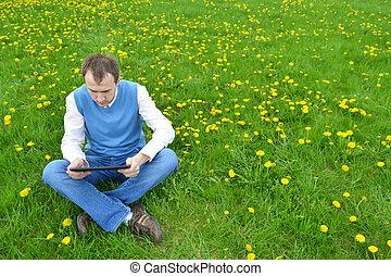 homem negócios, em, a, parque, com, tablet.