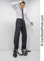 homem negócios, em, shackles., duração cheia, de, chocado, homem negócios, olhar, a, alças, pegadores