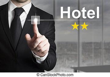 homem negócios, empurrar, botão, hotel, dois, estrelas