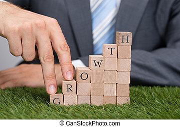 homem negócios, escalando, crescimento, blocos, ligado, capim