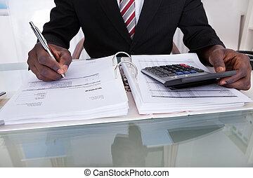 homem negócios, fazendo, cálculos