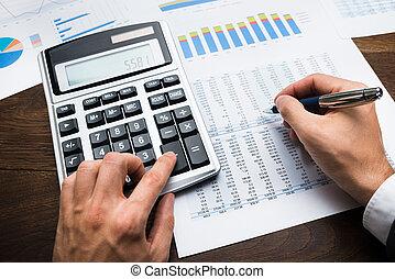 homem negócios, fazendo, financeiro, cálculos