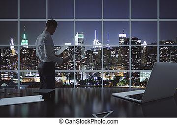 homem negócios, fazendo, paperwork
