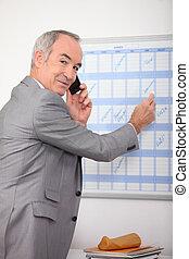 homem negócios, fazendo uma ligação