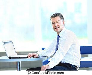 homem negócios, feliz, escritório, sentando