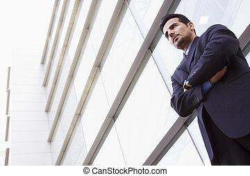 homem negócios fica, ao ar livre, por, predios, (high, key/selective, focus)
