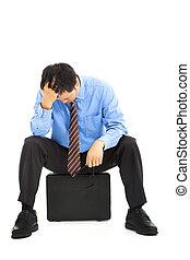 homem negócios, frustrado, pasta, sentando