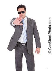 homem negócios, gesticule, parada, jovem, sinal