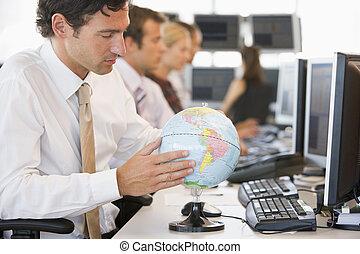 homem negócios, globo, escrivaninha, espaço escritório