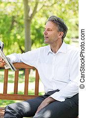 homem negócios, jornal leitura, em, parque