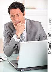 homem negócios, laptop, seu, confundido