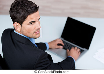 homem negócios,  laptop, seu, jovem, digitando