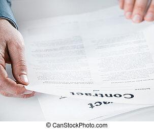 homem negócios, leitura, através, contrato legal