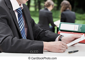 homem negócios, leitura, um, documento