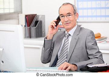 homem negócios, levando, seu, chamada, escritório