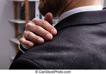 homem negócios, limpeza, dandruff, ombro