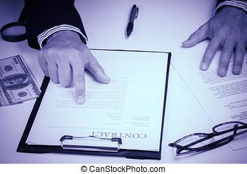 homem negócios, mão, verificar, documento