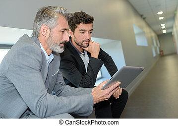 homem negócios, mostrando, edifício escritório, para, seu, novo, colega