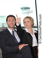 homem negócios, mulher aponta