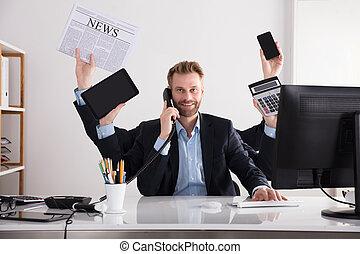 homem negócios, multitasking, em, escritório