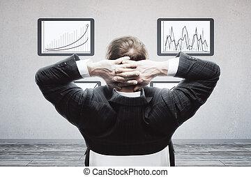 homem negócios, olhar, negócio, gráficos