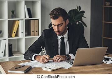 homem negócios,  paperwork