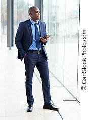 homem negócios, pensativo, computador, tabuleta, africano