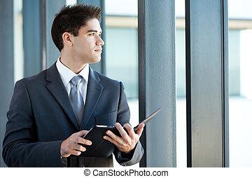 homem negócios, pensativo, computador, tabuleta