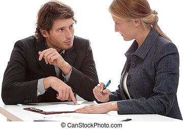 homem negócios, persuadindo, para, assinando, um, contrato