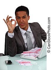 homem negócios, prendendo uma pasta, cheio, com, dinheiro, e, fazer, um, sinal aprovado