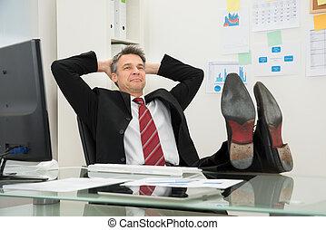 homem negócios, relaxado