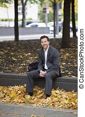 homem negócios, relaxante, em, a, parque