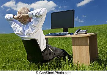 homem negócios, relaxante, escrivaninha, com, computador, em, um, campo verde