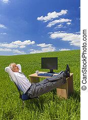 homem negócios, relaxante, pés cima, escrivaninha, em, campo verde