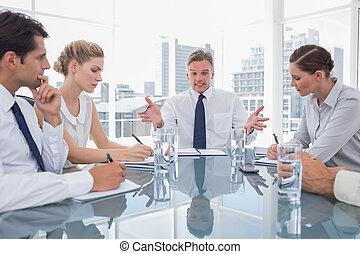 homem negócios, reunião, gesticule, durante