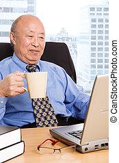 homem negócios, sênior, asiático, trabalhando