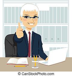 homem negócios, sênior, trabalhando escritório