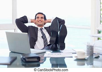 homem negócios, satisfeito, relaxante